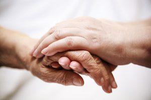 Χέρια νέου και ηλικιωμένου