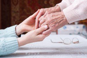 Νέα και Ηλικιωμένη κρατούν τα χέρια τους