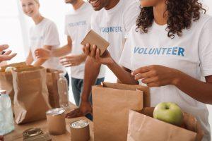Εθελοντές μοιράζουν τρόφιμα
