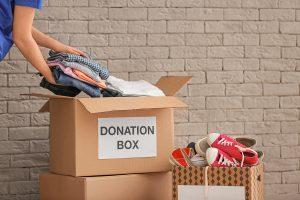 Εθελοντές συγκεντρώνουν ρούχα και παπούτσια
